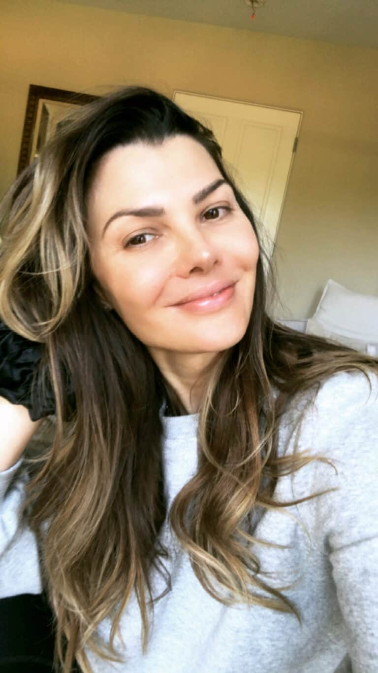 Ali Landry with a clean, makeup-free face for the Beauty Tips blog post.